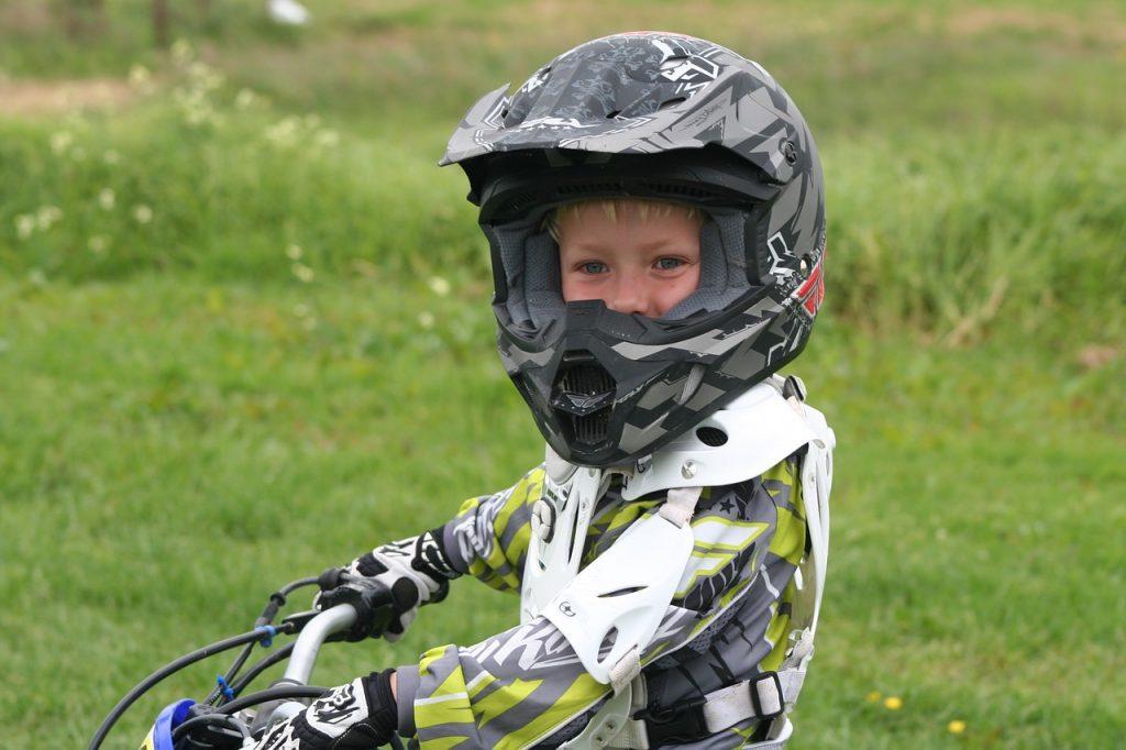 Initier son enfant à la moto : conseils et astuces à retenir !