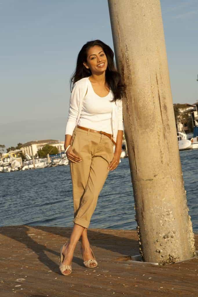 femme posant pour une photo près de la mer