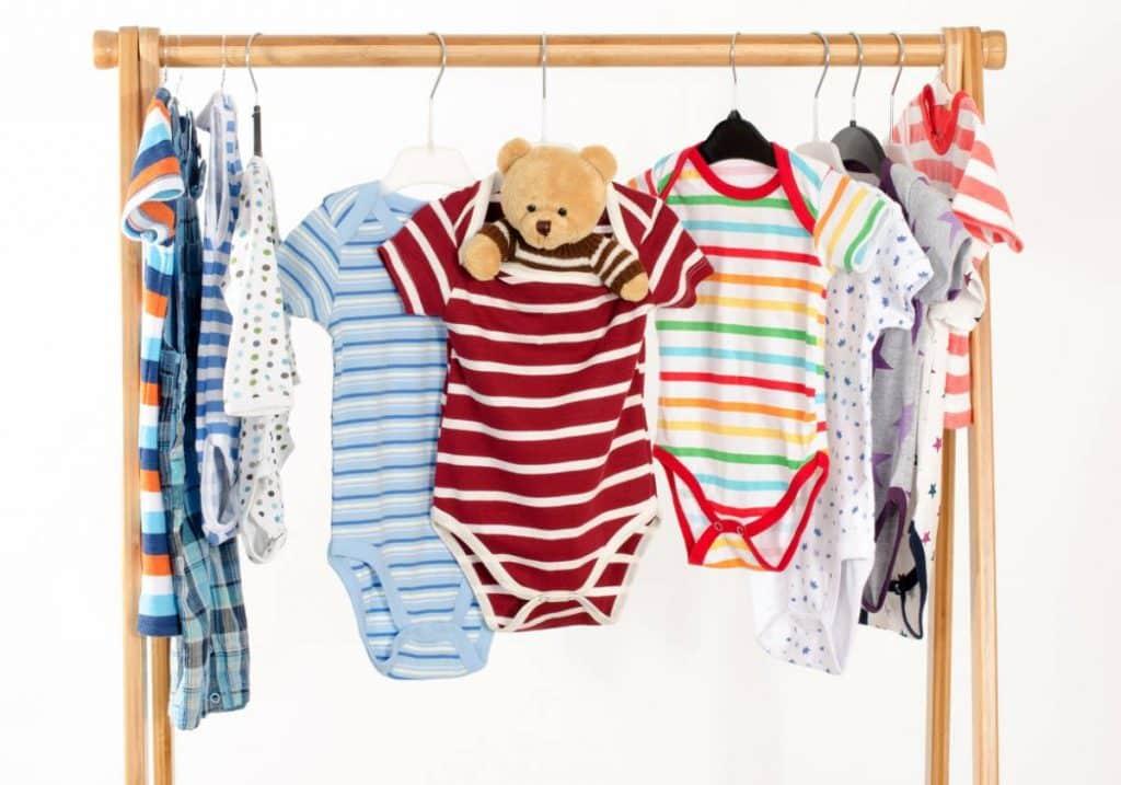 Avec quels vêtements remplir la garde-robe de bébé?