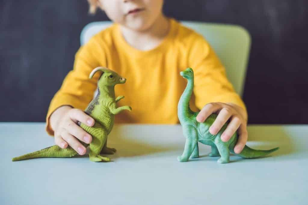 enfant qui joue avec des jouets
