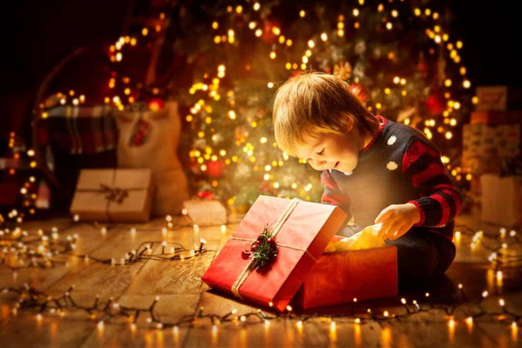 enfant ouvrant cadeau