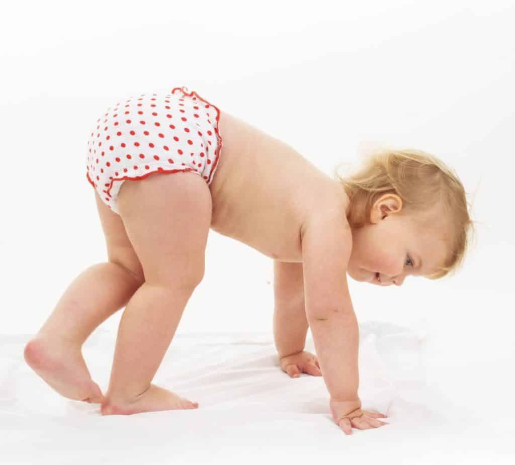 bébé en couche culotte blanche et rouge