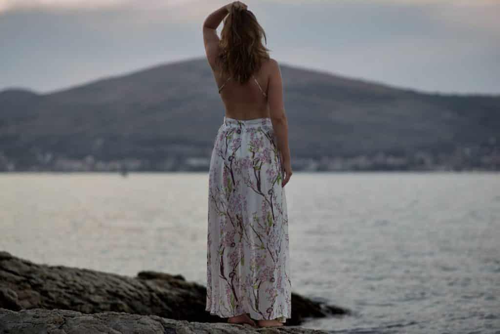 femme en robe blanche dos nue