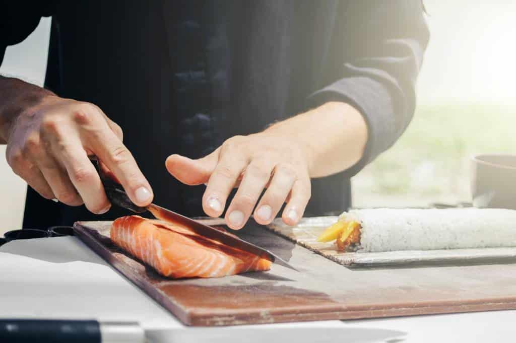 découpage de saumon au couteau
