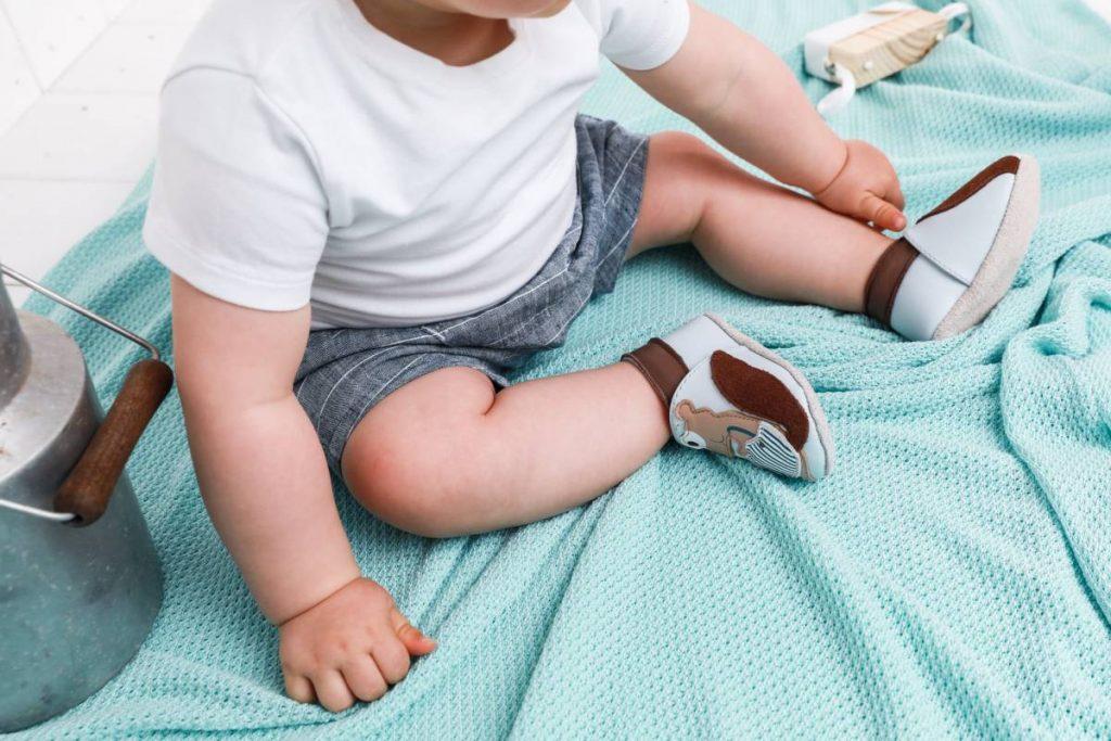 Chaussons bébé : doit-il porter du cuir ?