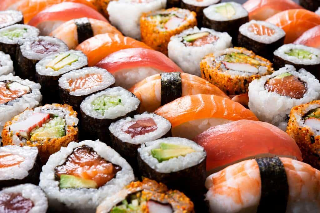 plateau de sushis et de makis