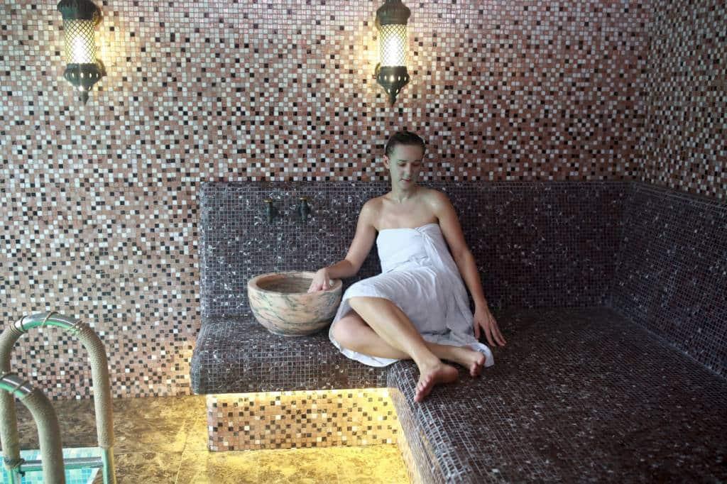 femme se détendant dans un SPA