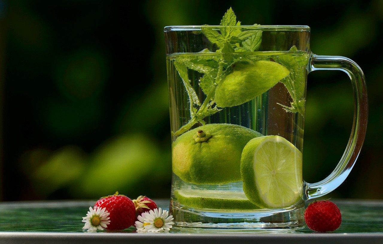du citron dans une tasse d'eau