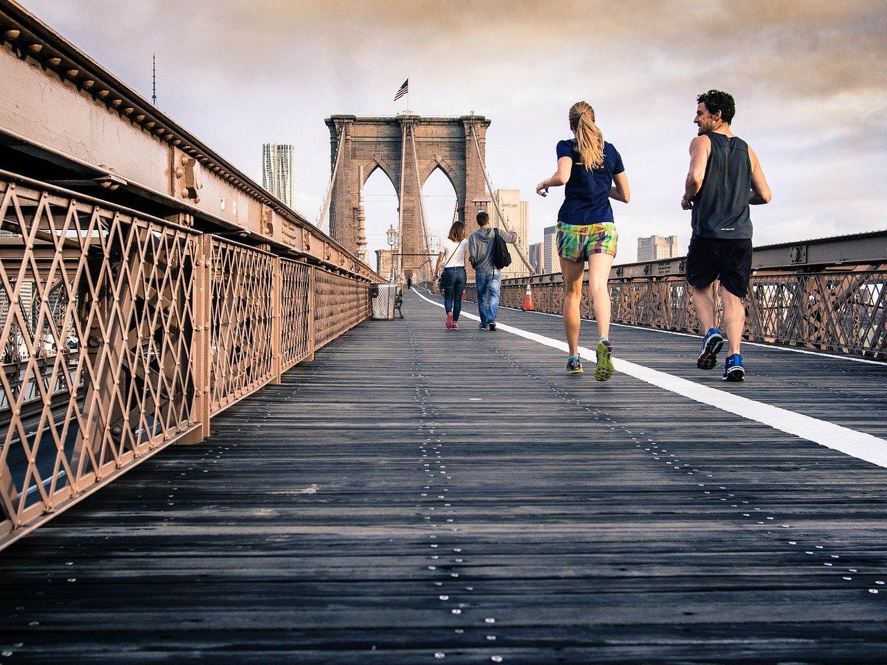 deux personnes qui font du sport pour éliminer la cellulite