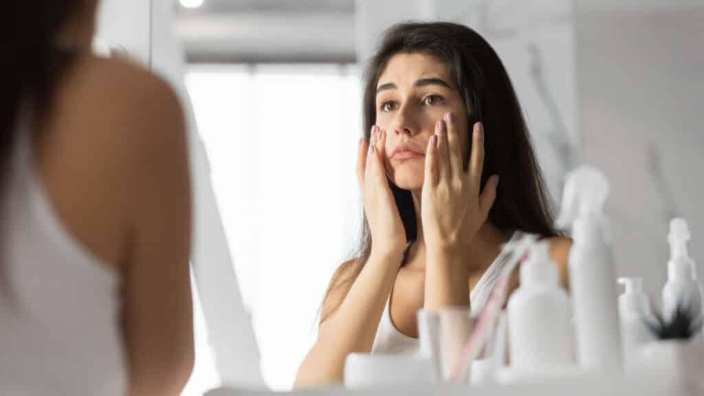 femme se maquillant sous les yeux