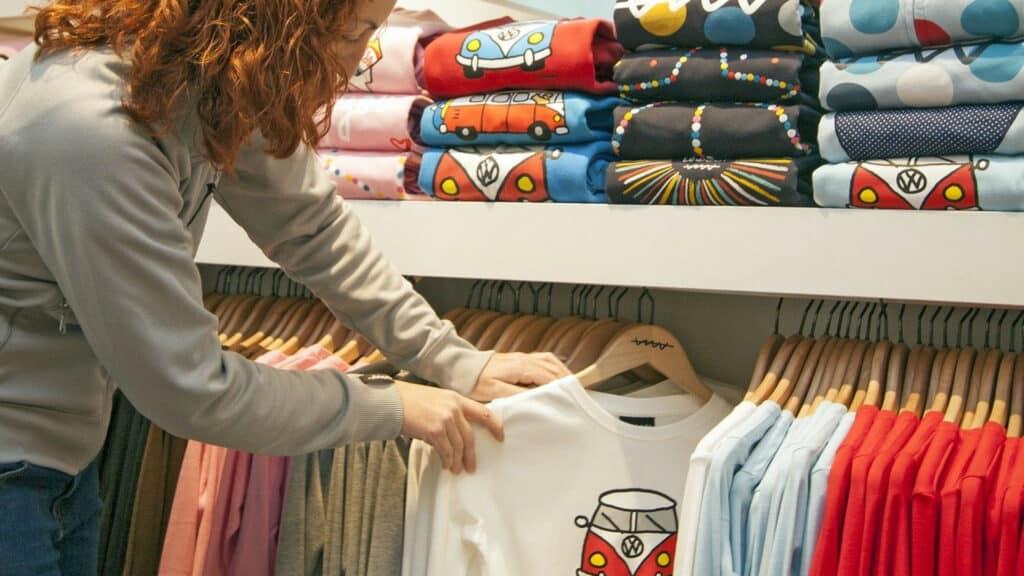 T-shirt à motifs: les astuces pour adopter ce must-have du dressing