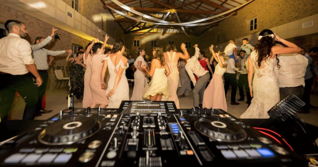 Comment bien choisir un musicien ou un DJ pour son mariage à Marseille?